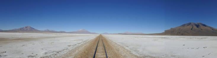 Nous traversons une voie ferrée qui semble se perdre dans le désert