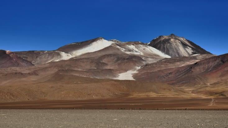 Chaque volcan a sa particularité: celui-ci a un superbe lac au milieu.