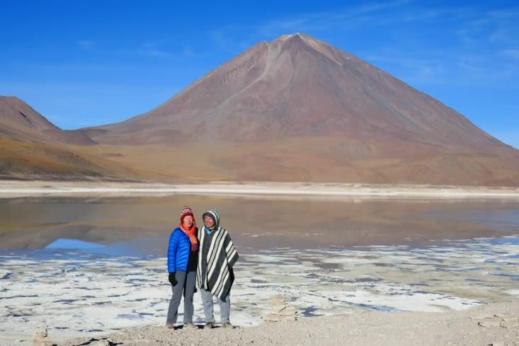 Un drôle de couple de Boliviens devant le lac vert et le volcan Licancabur....