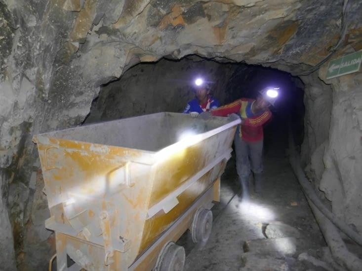 Les chariots pour transporter les minerais se poussent à la main.