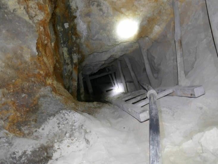 Un des nombreux trous pour descendre. Il y a 6 étages en dessous