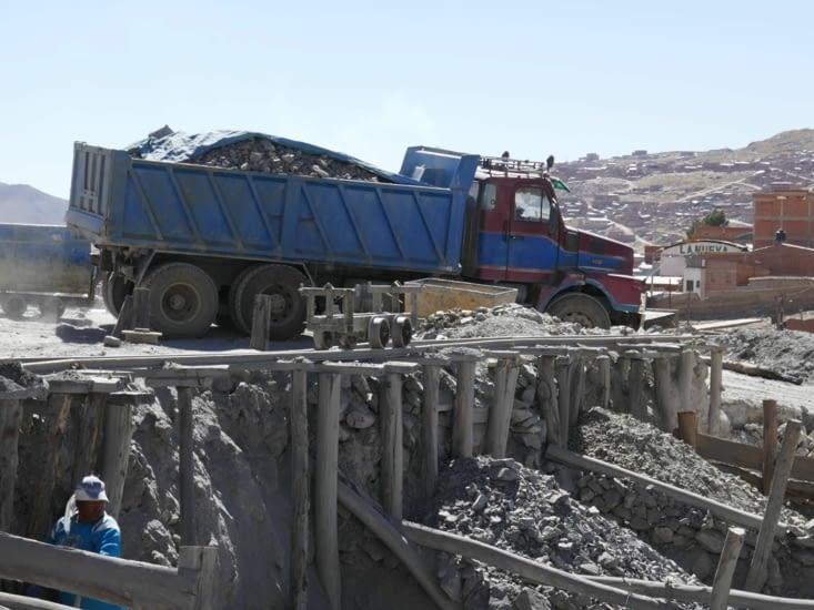 Les minerais partent pour être traités et être séparés de la roche