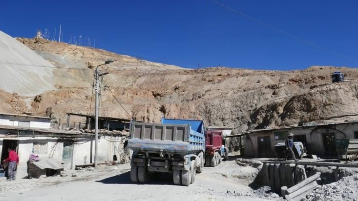 Nous croiserons beaucoup de jeunes cherchant du travail à l'entrée de la mine