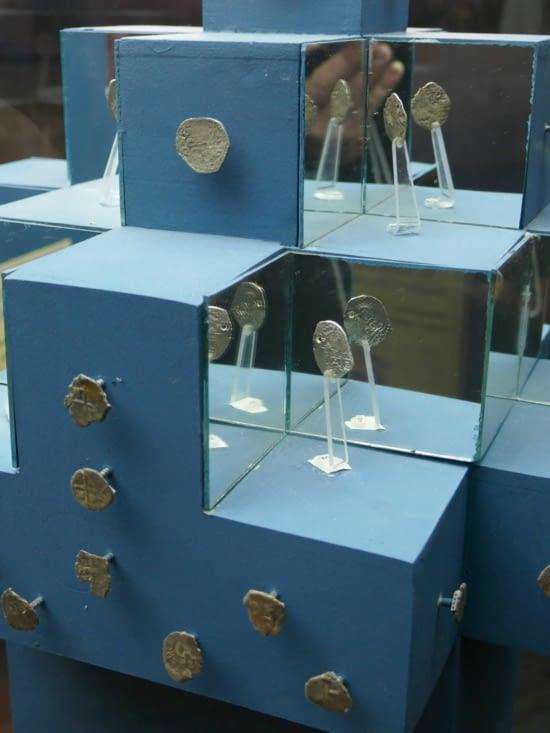 Les 1ères pièces étaient fabriquées à la main avec un marteau et un poinçon.