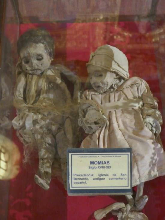 Des momies d'enfants sont exposées sans que nous comprenions le lien avec la visite....