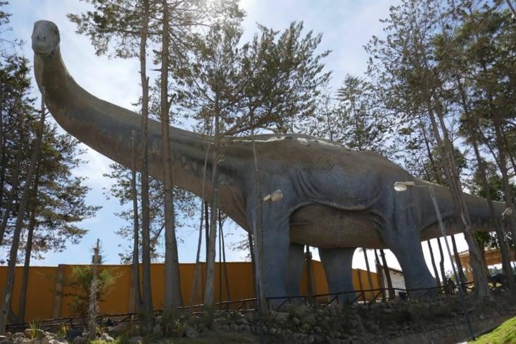 Des maquettes de dinosaures sont reproduites en grandeur réelle