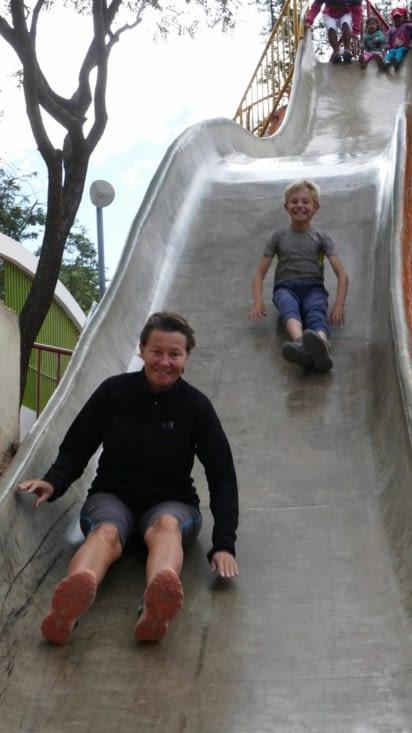 Nous passons l'après midi dans un parc pour enfants