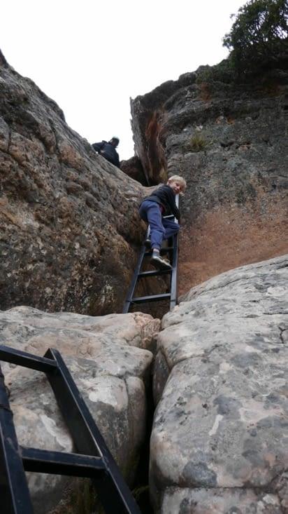 Nous empruntons des passages nécessitant des échelles avec une sécurité à la Bolivienne...