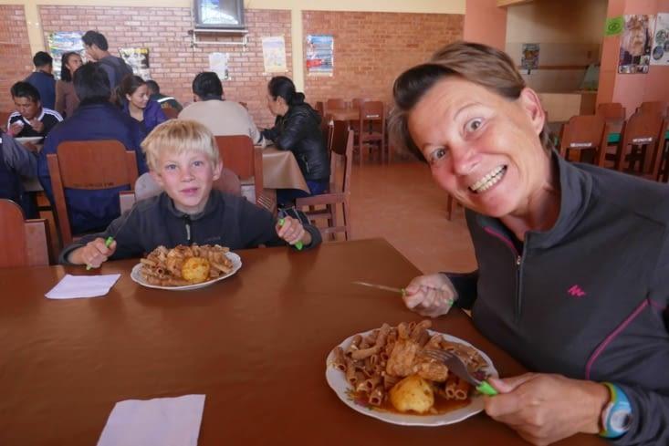 """Repas dans la """"cantine"""" du marché de Torotoro.  Impossible de mourir de faim ici ..."""