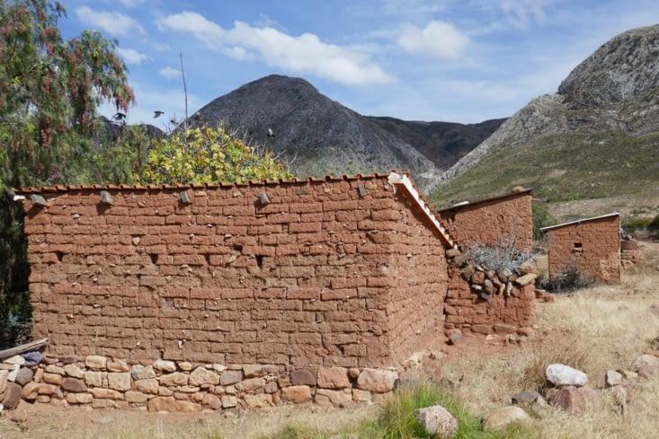 Les maisons sont en Adobe sur une assise en pierre pour éviter les remontées d'humidité