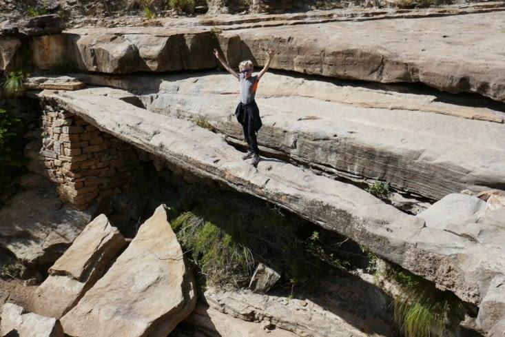 Une énorme poutre de pierre forme un pont