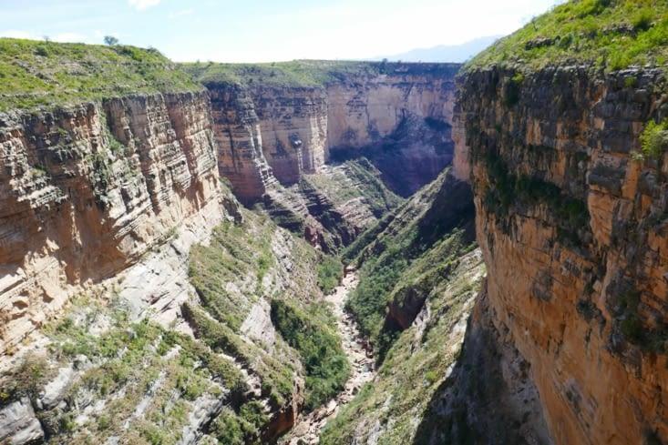 Voici le canyon dont les parois atteignent 400 mètres  au plus haut