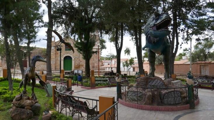 Des statues très réalistes de dinosaures partout: ...sur une belle petite place ....