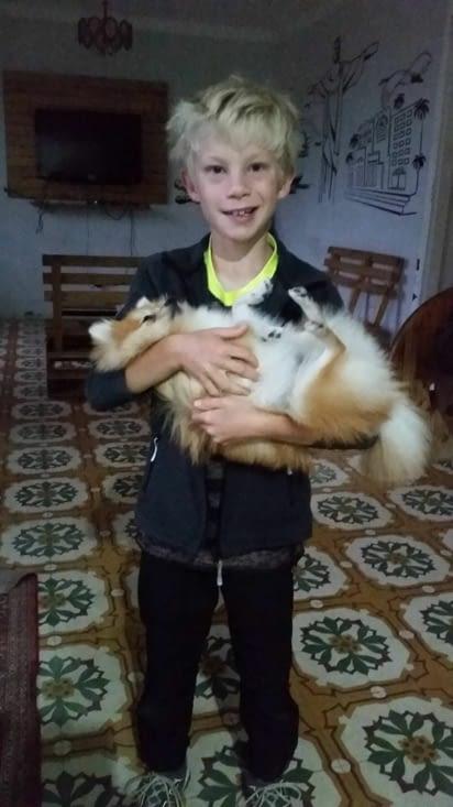 """Comme d'habitude, Maël se prend d'affection pour la chienne de la maison """"Emmy""""..."""