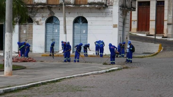 Une armée de Mexicains, pardon de Brésiliens, désherbent la route pavée
