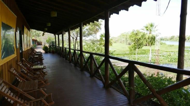La salle à manger à gauche et la rivière à droite