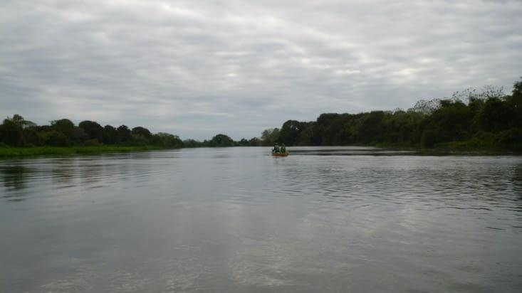 Vu la foule de touristes, 2 canoës sont suffisants pour partir en balade sur la rivière !
