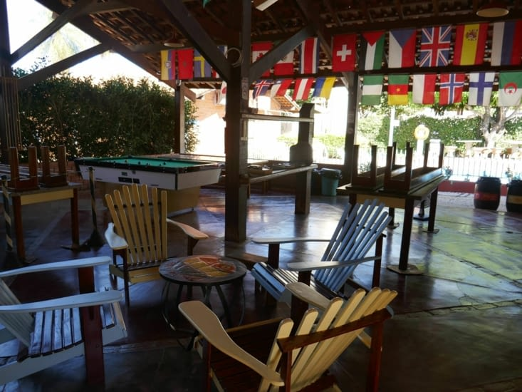 L'espace commun : coin repas, coin bar, coin billard.... sous une grange