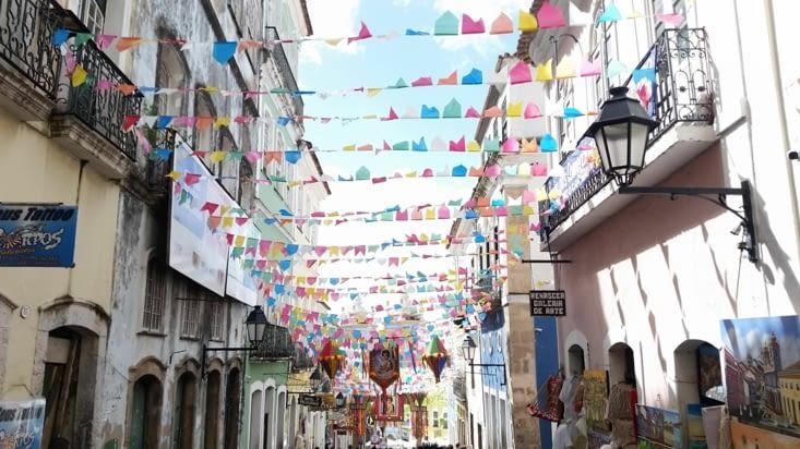 Fanions multicolores dans toutes les rues de la vieille ville