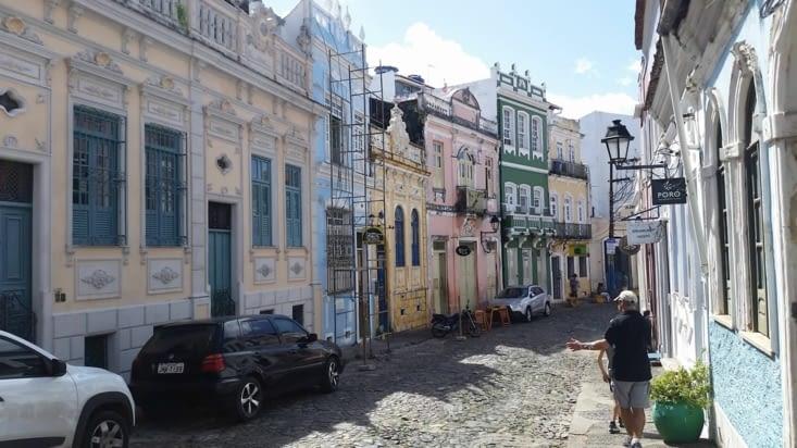 Rue typique dans le quartier de la ville haute  (vieille  ville) avec ses pavés au sol