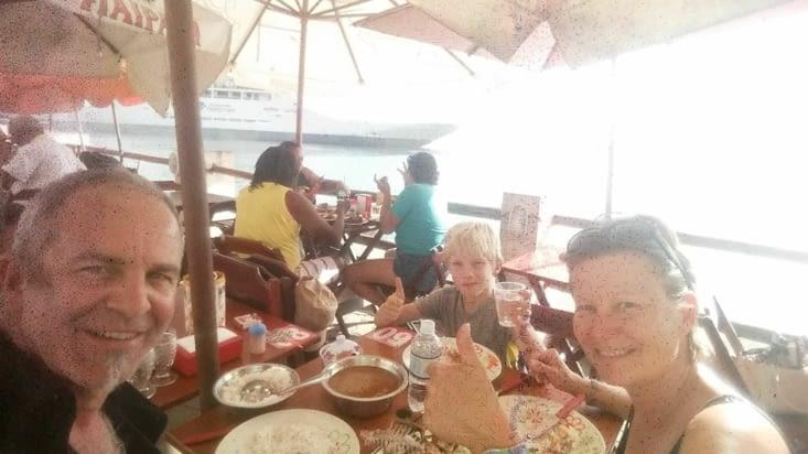 Déjeuner au marché le long de la mer