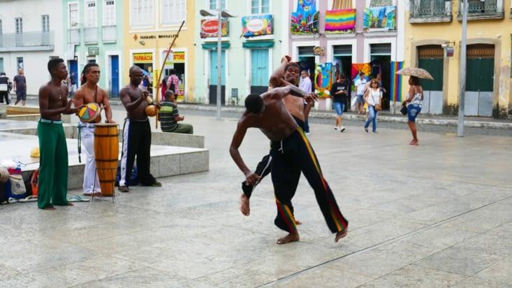 Des danseurs font des démonstrations de capoeira dans la rue