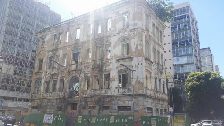 D'anciens bâtiments délabrés contrastent avec le quartier touristique de la ville haute ..