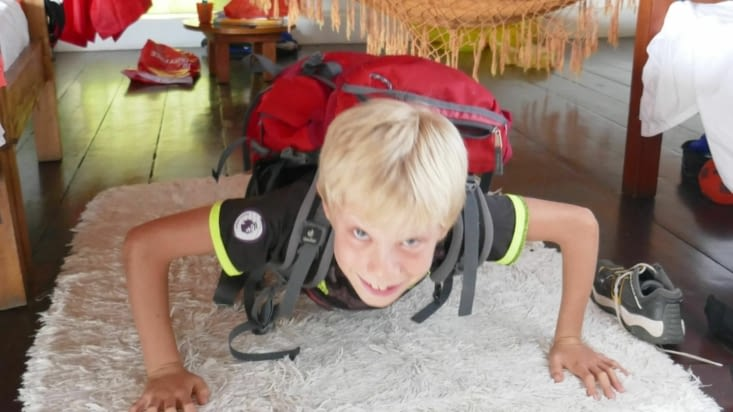 Séance de pombes avec handicap (sac sur le dos)..