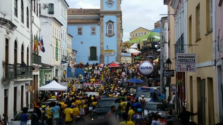Tout le monde se trouve dans la rue pour être dans l'ambiance du match Brésil - Serbie