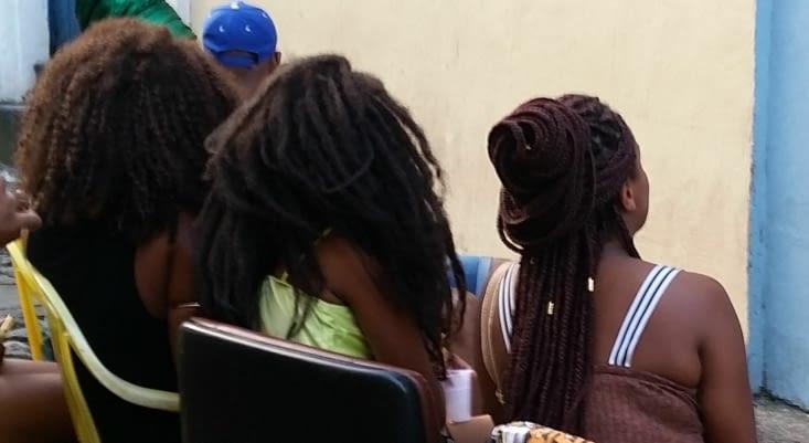 Un bel échantillon des coiffures afro qui se font ici