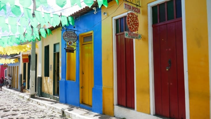 Toutes les rues sont pavées et les maisons colorées