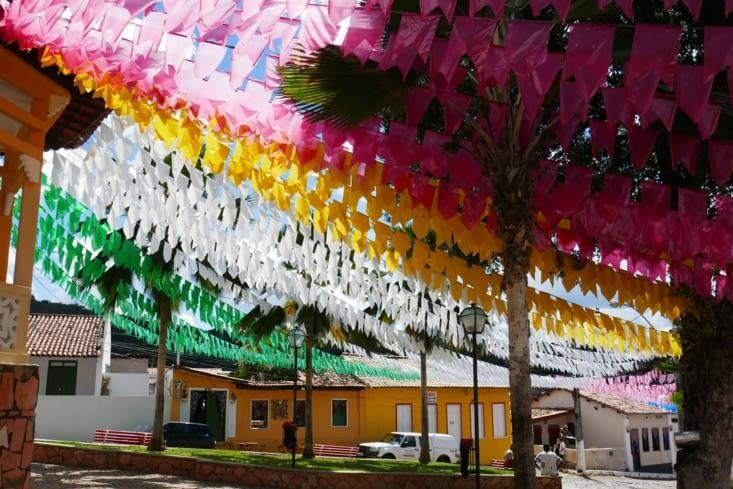 Les fanions de la Saint Jean décorent encore les ruelles et les jolies places