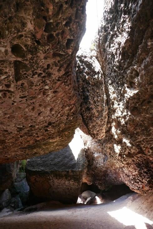 Les rochers sont constitués de galets et de sable. Ce dernier se désagrège même au toucher