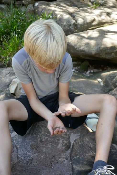 Maël cherche des diamants aux abords de la rivière  ...