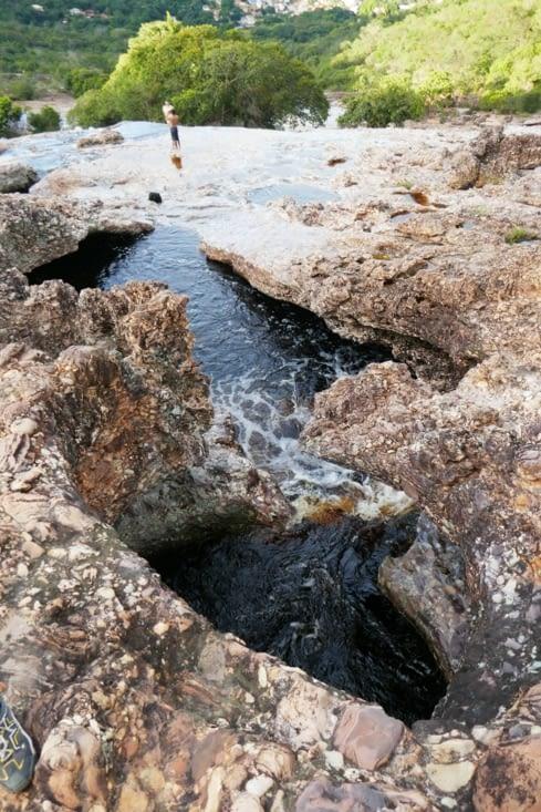 Une géologie torturée a créé des passages et des trous d'eau dans la roche