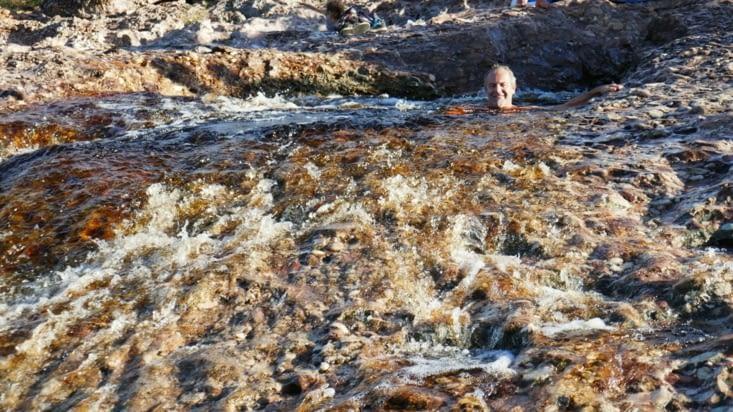 Des marmites (trous circulaires) forment des baignoires naturelles