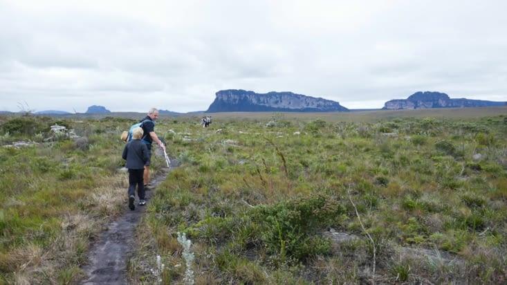 Un immense plateau nous emmènent vers des montagnes tronquées