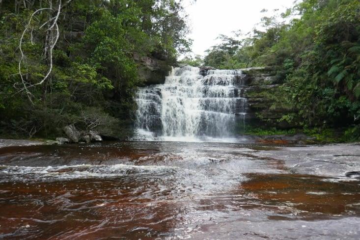 Après 7h de marche, nous rejoignons une jolie cascade.