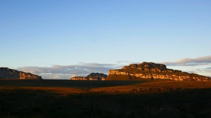 Nous avons couru pour admirer le coucher de soleil depuis le haut du plateau