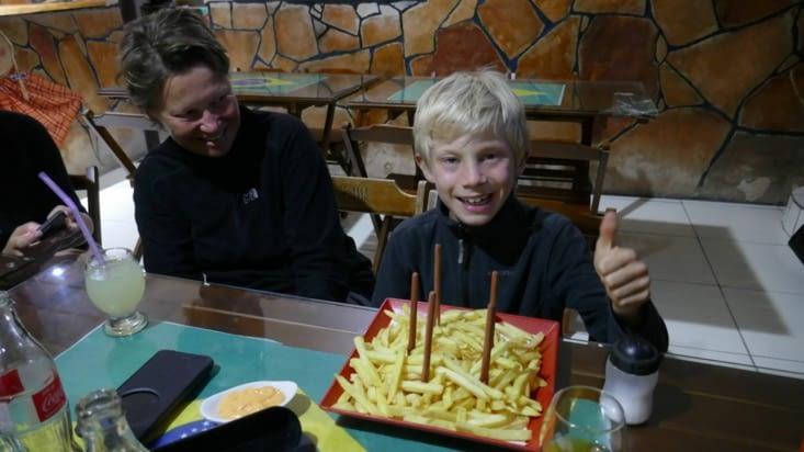 Fin du trek : la plus grosse assiette de frites qu'ait mangé Mael pendant ce TDM