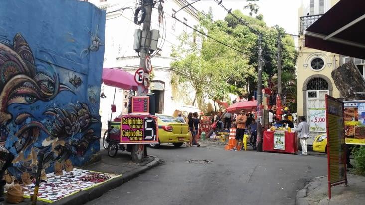 Rue colorée et la traditionnelle caïpirinha ... 500 ml pour 1 €: ça stimule la tentation
