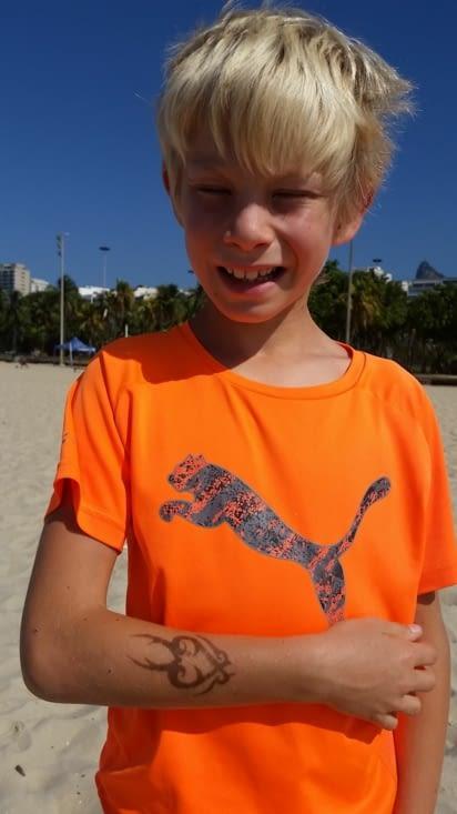 Maël se choisit un beau tatouage sur la plage de Copacabana