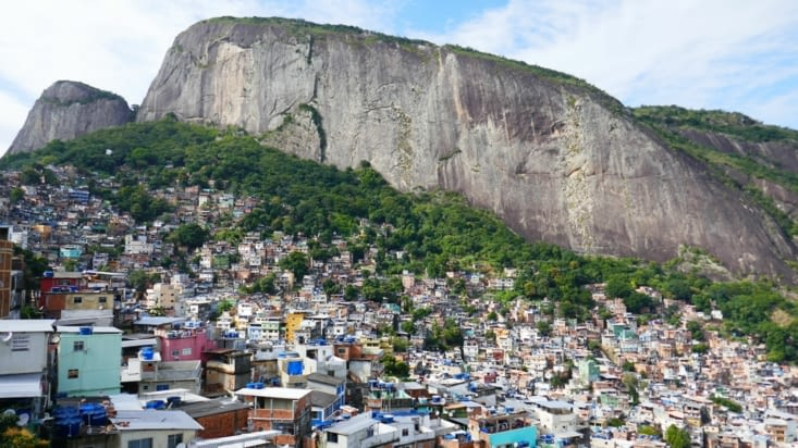 Les maisons et les immeubles sont empilés  les uns sur les autres sur les hauteurs