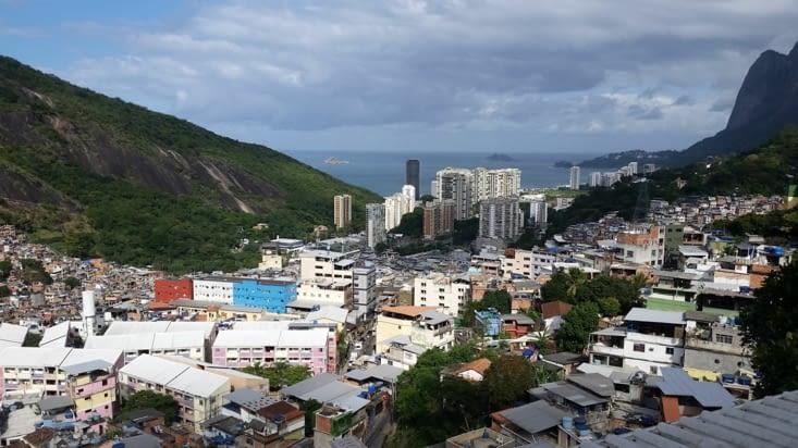 Cette favela a été pacifiée : la police surveille à la place des trafiquants de drogue