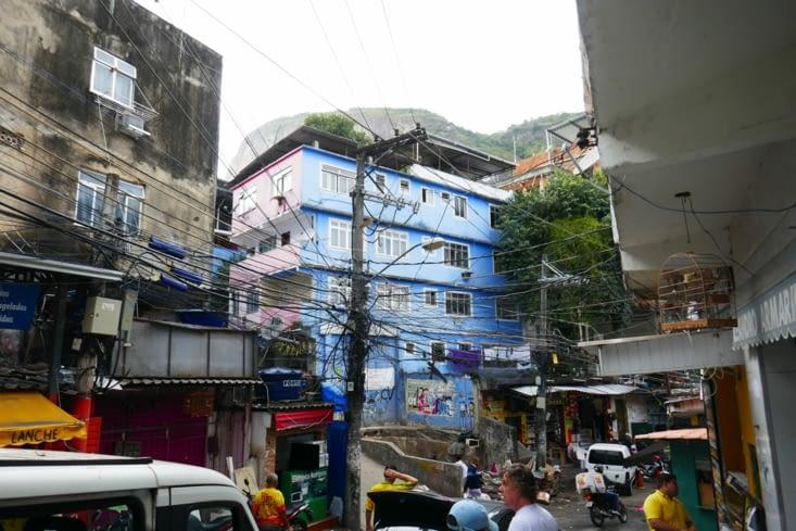 Une seule route traverse la favela (pour 80 000 personnes)