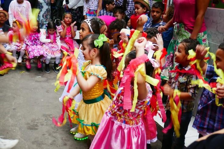 Dès petits, les enfants sont mis dans l'ambiance du carnaval.