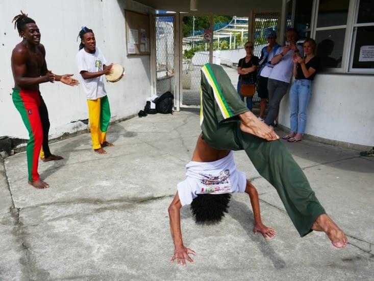Un petit groupe nous fait une démonstration de Capoeira pour quelques pièces