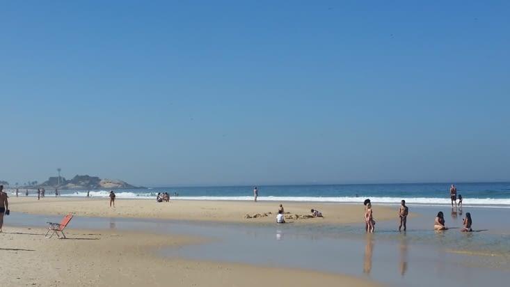 Maël s'éclate un coup dans les vagues, un coup à construire des cathédrales de sable