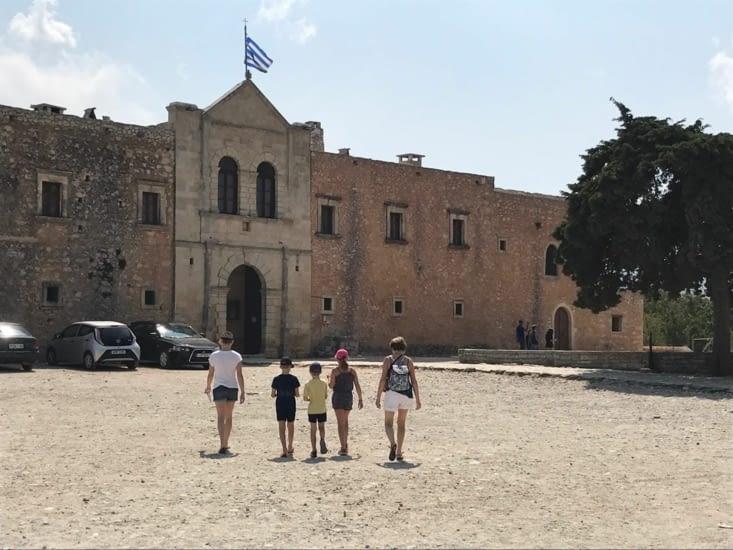 La façade du monastère