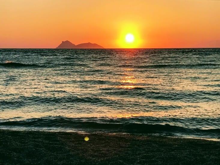 Coucher de soleil sur la plage de Matala